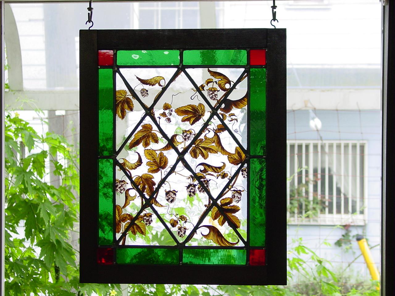ホップの絡まる窓 ステンドグラス